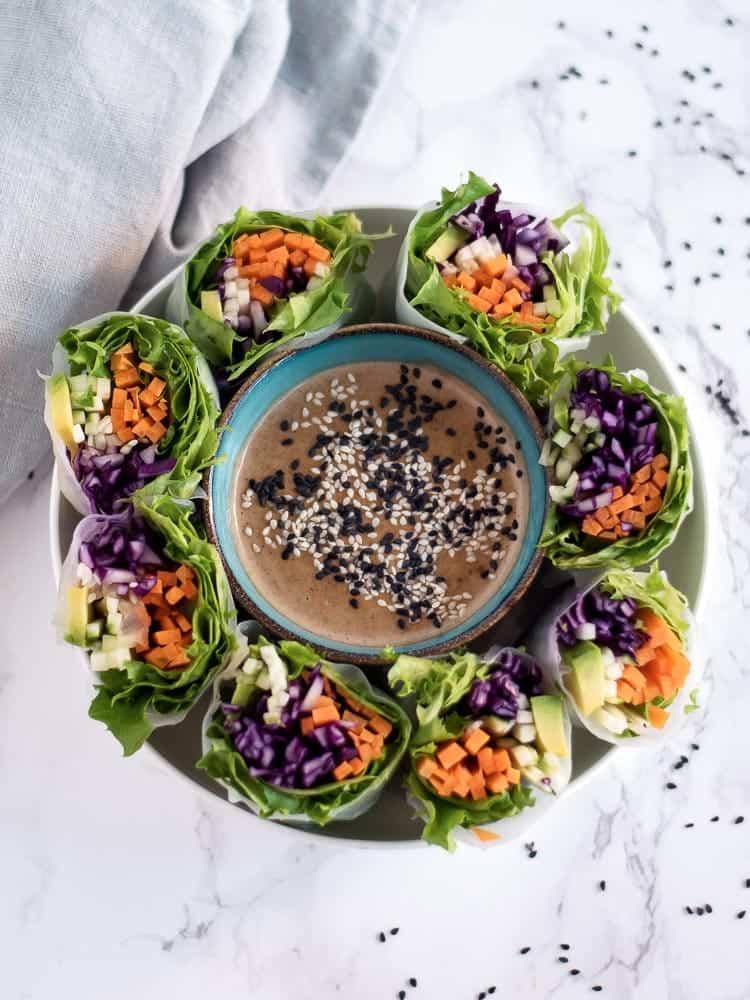 Rolos de vegetais com molho de tahini