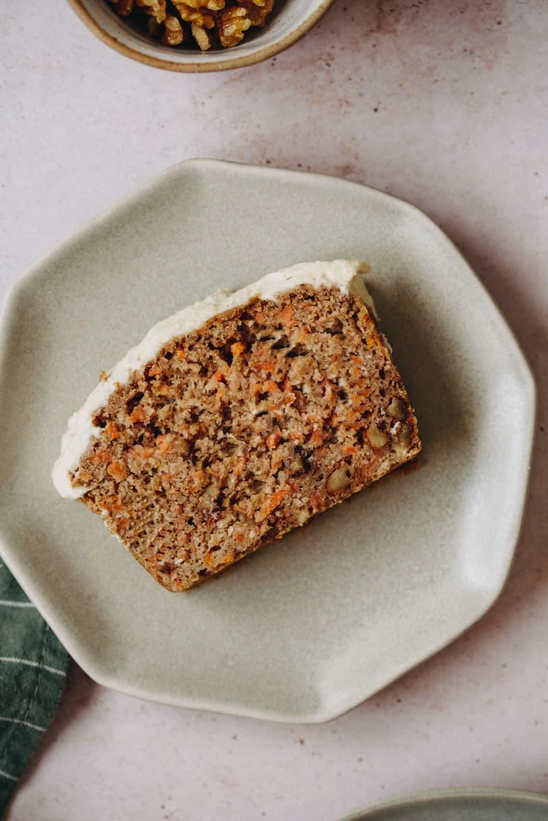 Fatia de bolo de cenoura e nozes